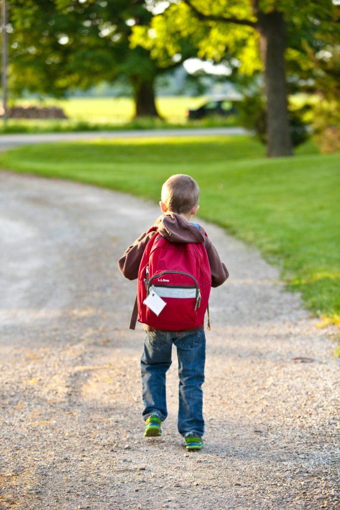 enfant allant à l'école
