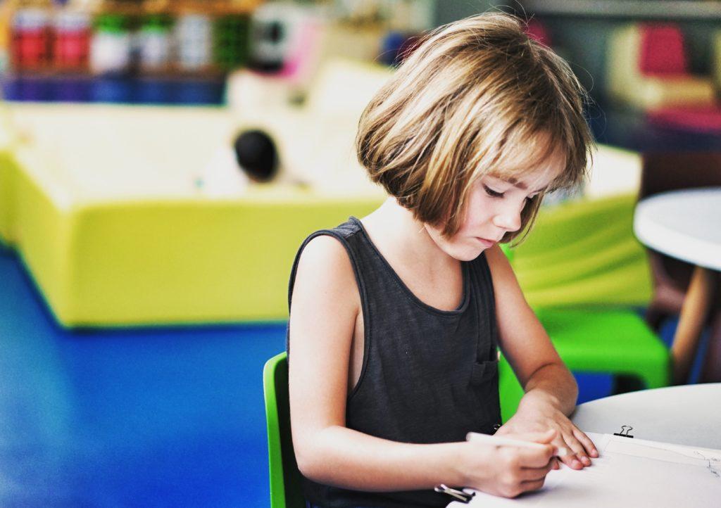 institutrice, enfant en train de lire