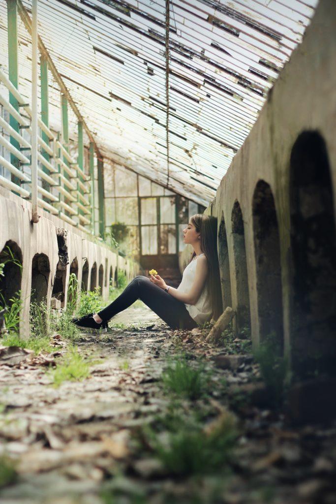 une fille qui souffre de l'échec scolaire