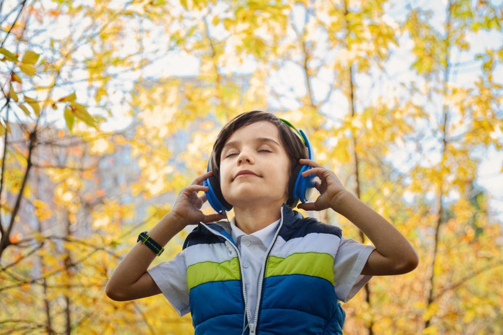 enfant qui écoute la musique