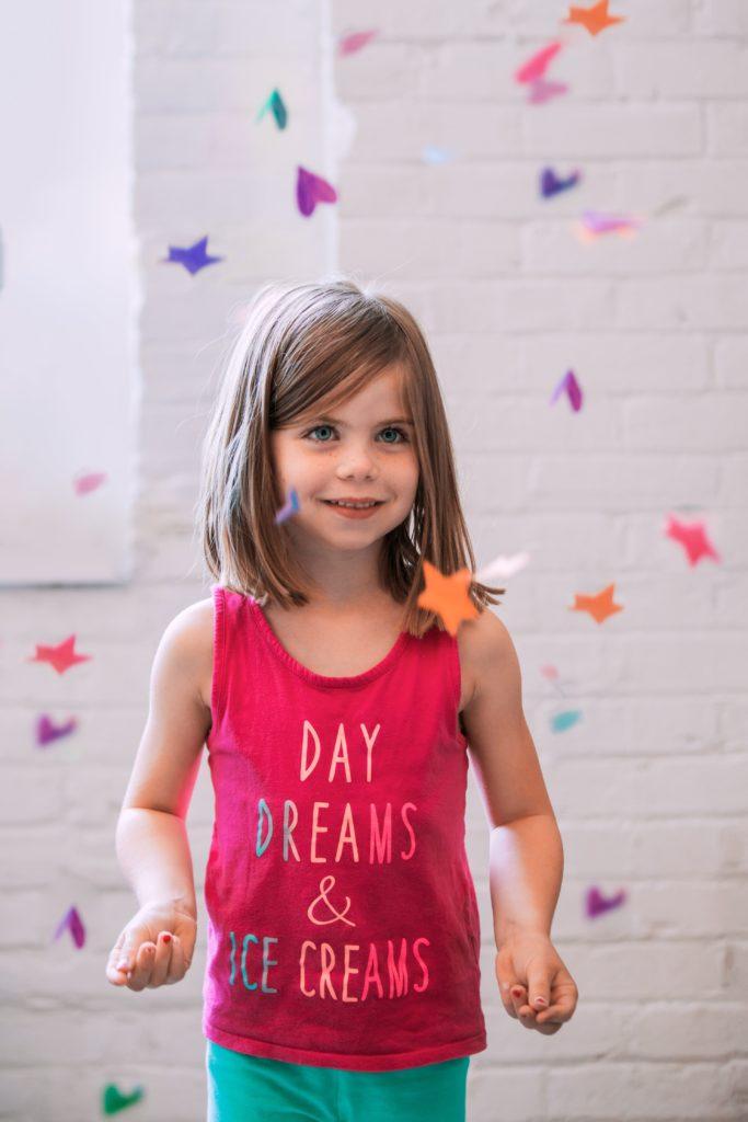 un enfant de 6 ans lutte contre la fatigue