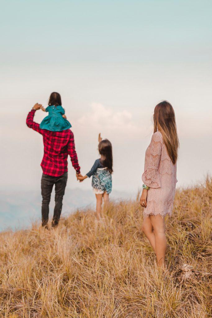 enfant avec père et mère