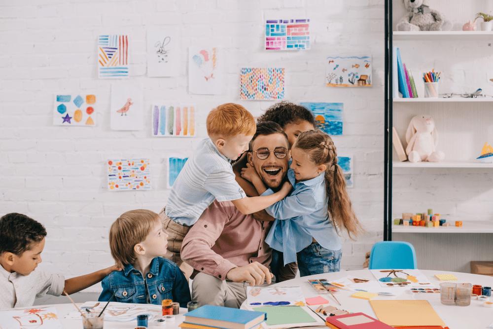 l'enseignant ou l'instituteur en classe heureux