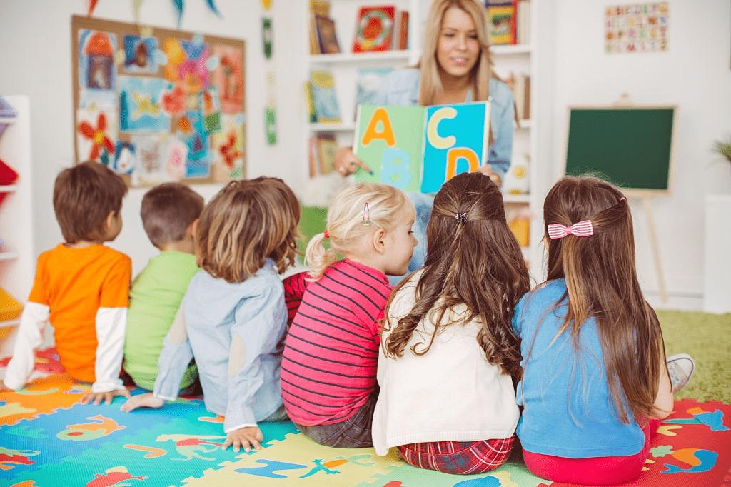 enfant en classe maternelle
